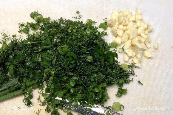 Пока овощи в бульоне варятся, шинкуем лук зеленый и укроп свежий, чеснок вторую головку разбираем на зубчики и мелко-мелко нарезаем.