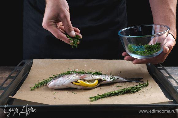Лимон нарежьте кружочками, в брюшко каждой рыбке положите немного укропа и кружочек лимона.