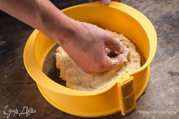 Переложите тесто в форму для запекания. Здесь идеально подойдет силиконовая форма со съемными бортиками Faberlic. С ней вы сможете не только испечь самые нежные десерты, но и подать их на стол непосредственно на основании формы из закаленного стекла. Надежная конструкция исключает протекание.