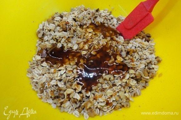 Добавляем растительное масло, жидкий мед (у меня гречишный) и тщательно перемешиваем.