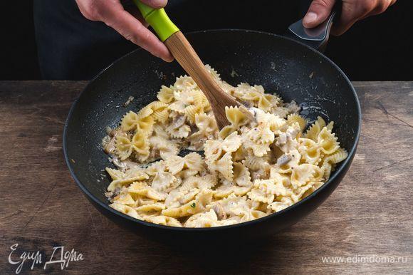 Выложите на сковородку к соусу фарфалле, перемешайте. Немного прогрейте и снимите с огня.