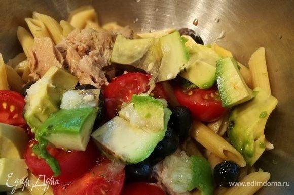 Подготовить все продукты. Авокадо очистить в последнюю очередь, чтобы не потемнело. Параллельно поставить вариться макароны (у меня из цельнозерновой муки). Эту порцию я готовила, чтобы взять завтра с собой на работу.