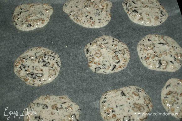 На застеленный пекарской бумагой противень выкладываем столовой ложкой печенье. Выкладываем на расстоянии, потому что печенье увеличится. Не бойтесь, если печенье расползается.