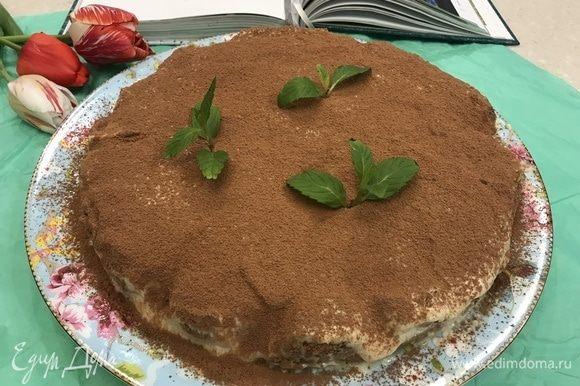 Собираем наш тирамису. Поверх бисквитного печенья выкладываем слой крема из маскарпоне, затем — снова бисквит и снова крем. Ставим тирамису в холодильник на несколько часов. Перед подачей на стол посыпаем какао! Приятного всем аппетита!