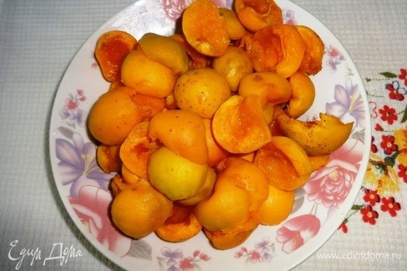 Абрикосы вымыть, обсушить, разделить на половинки, удалить косточки. Сбрызнуть абрикосы лимонным соком.
