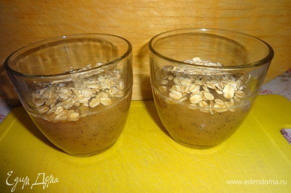 В стаканы разлить грушевое пюре. Насыпать по 1 ст. л. овсяных хлопьев в каждый стакан.