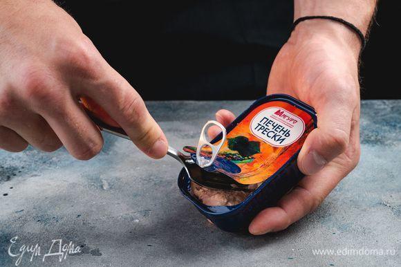 С печени трески ТМ «Магуро» слейте лишнее масло, разомните печень вилкой.