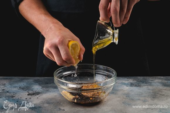 Приготовьте маринад. Для этого смешайте жидкий мед, тертый имбирь, соевый соус, горчицу и лимонный сок.