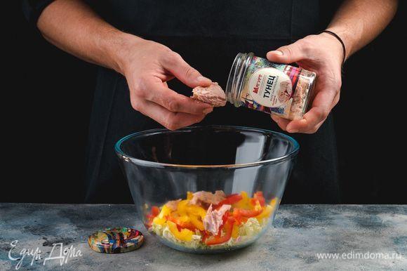 С консервированного тунца ТМ «Магуро» слейте жидкость. Положите кусочки тунца в салатник к пекинской капусте и болгарскому перцу.