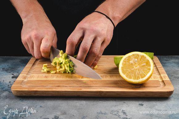 Авокадо очистите от кожуры, удалите косточку, мякоть нарежьте маленькими кубиками. Сразу сбрызните авокадо лимонным соком, чтобы сохранить зеленый цвет.