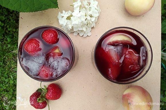 Разлить по бокалам, по желанию, добавить лед. Приятный прохладный напиток готов!