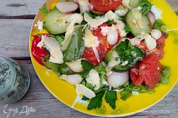Кушать такой салат вкуснее теплым, посыпав свежей зеленью петрушки и укропа.