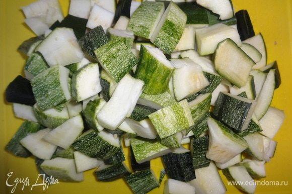 Цукини вымыть, обсушить, отрезать кончики. У меня была половинка зеленого цукини (оставалась после приготовления фриттаты) и один полосатый красавчик. Цукини нарезать такими же кусочками по размеру, как и картофель. При необходимости удалить семена.