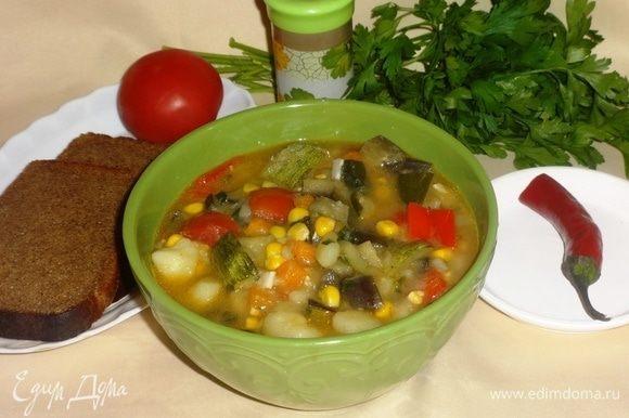 Рагу готово! Раскладываем по тарелкам, подаем со свежими овощами и зеленью. Всем приятного аппетита!