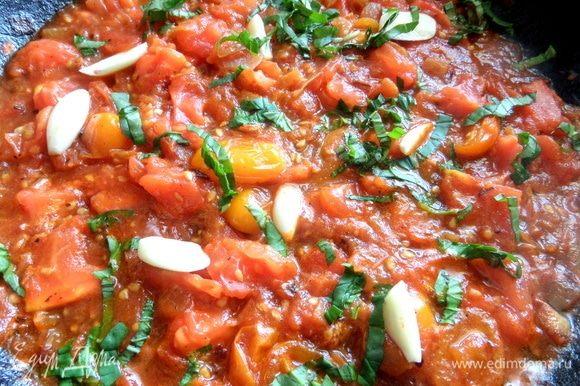 Обжарить слегка лук и томаты на сковороде после фарша, позже положить чеснок и базилик. Чеснок при подаче вытащить.