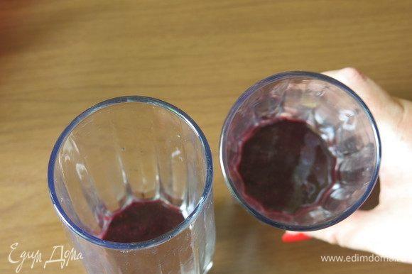 Наливаем в стакан 2–3 ложки сока ягод.