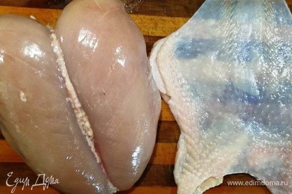 Пока варится печень, займемся грудками. У меня 2 вот таких грудки на кости. Аккуратно снимаем кожу, оставляя на ней жирок.