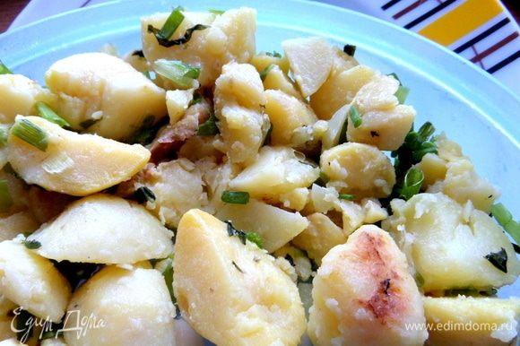 На тарелку положить порцию картошки.