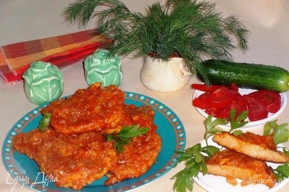Наши оладушки готовы! Выложить на тарелку и подавать со свежими овощами и зеленью. Оладьи вкусны как в горячем, так и в холодном виде. Угощайтесь! Приятного аппетита!