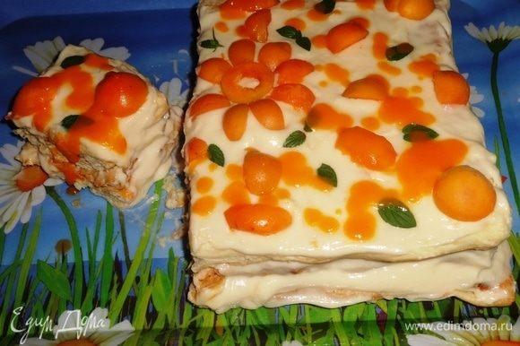 Еще я делала для торта абрикосовый соус, который не запечатлела на фото. Вернее, сняла, а потом удалила. Соус готовила так: на сковороде разогрела сливочное масло, всыпала сахар, прогрела до растворения сахара. Положила половинки абрикосов и тушила 15 мин. Затем протерла соус через сито и остудила. Соус получился слегка кисловатым, отлично гармонировал со сладким тортом.