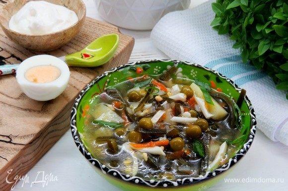 При подаче посыпаем суп зеленью и добавляем сметану. Приятного аппетита!