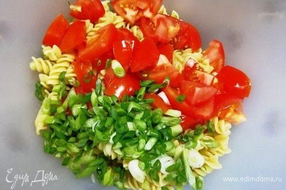 Добавим нарезанный помидор и зеленый лук.