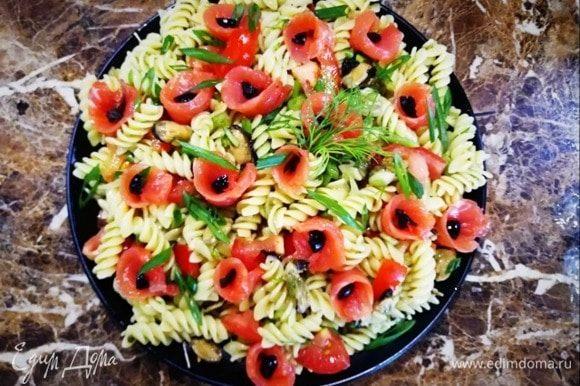 Выкладываем салат на блюдо. Сверху раскладываем слабосоленую форель, украшаем зеленым луком и укропом. Рыбу я свернула рулетиком и внутрь положила небольшой кусочек маслины.