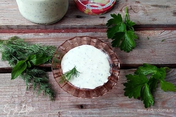 Перелить в чистую банку, убрать в холодильник или использовать сразу для заправки салатов. Хранится такой соус около недели в холодильнике.