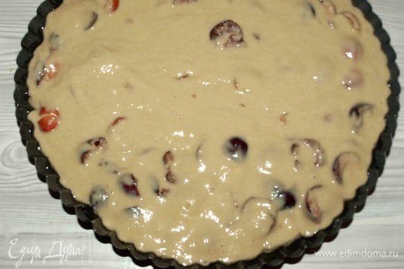Форму (лучше взять с вогнутым дном) смазываем растительным маслом, перекладываем тесто и отправляем в разогретую до 180ºС духовку. У меня форма для пирогов диаметром 28 см от Юлии Высоцкой.
