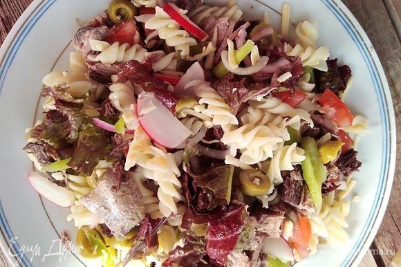 Выложить сверху салат, перемешать. Сверху поместить кусочки тунца.