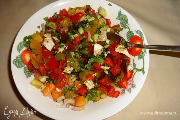 Далее выкладываем все части салата в глубокую чашку и перемешиваем. Менее эстетично, но тем не менее очень вкусно. Угощайтесь! Приятного аппетита!