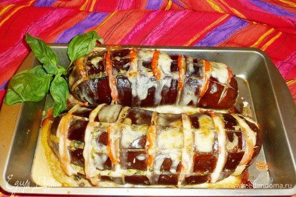 Запеченные баклажаны с томатами, моцареллой и соусом песто готовы. Приятного аппетита!