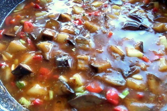 Рагу нужно помешивать, чтобы крахмальный соус не пригорел. Выключить и дать настояться по возможности.