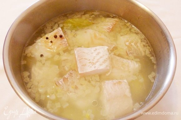 Положить треску в кастрюлю. Добавить лавровый лист, перец горошком, соль. Довести до кипения и варить на медленном огне около 10 минут.