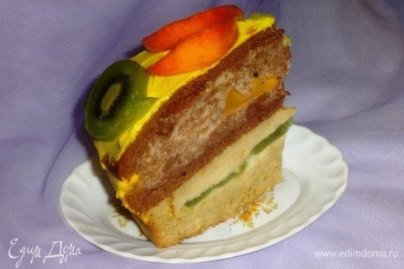 Разрезаем торт. Всем по кусочку. Можно и добавки. Приятного аппетита! В следующий раз, если буду делать этот торт, добавлю больше фруктов в начинку, чтобы разрез был более живописным.