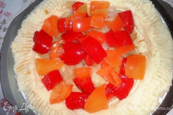 На пюре выложить слой обжаренного лука, затем — слой перца.