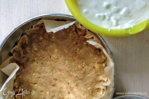 Печенье ломаем в крошку, смешиваем с размягченным сливочным маслом, это основа, ее распределяем по дну и по краям бортиков.