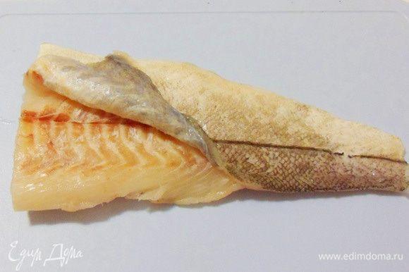 Освободить филе белой рыбы (у меня — пикша) от кожи. Это удобно делать, не полностью разморозив рыбу.