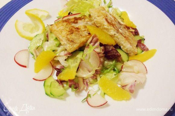 Рыба в лимонном соке с зеленым салатом готова. Приятного аппетита!