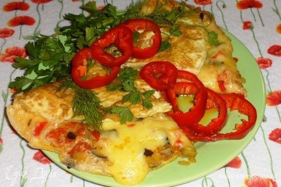 Омлет со вкусной начинкой из баклажана, помидоров и других овощей готов. Подавать горячим со свежими овощами и зеленью. Угощайтесь! Приятного аппетита!