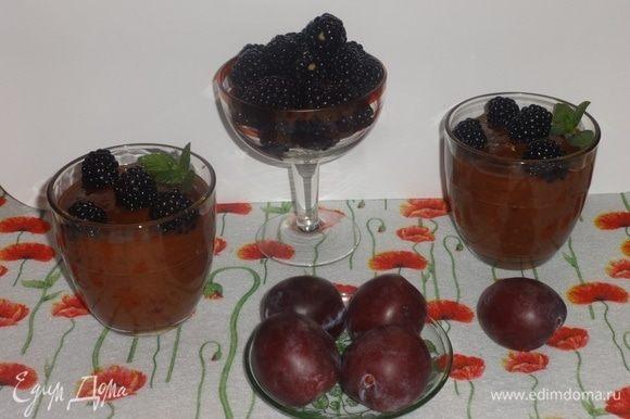 Перед подачей украсить смузи листиками мяты и ягодами ежевики. Угощайтесь! Приятного аппетита! Всем желаю удивительных летних приключений!