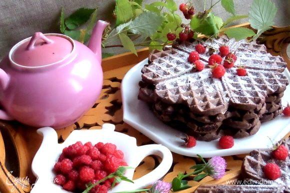 Подаем к чаю вместе со свежими ягодами.
