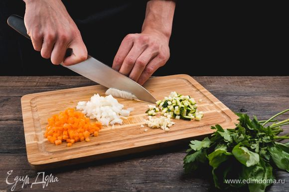Порубите мелким кубиком луковицу и морковь, цукини, чеснок, измельчите зелень.