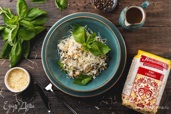 Добавьте к готовому рису обжаренные овощи и посыпьте блюдо тертым пармезаном. Приятного аппетита!