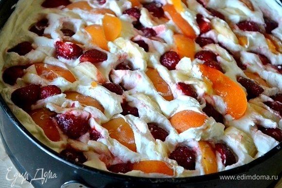 Аккуратно укладываем ягоды, банан и абрикосы в сливочную массу.