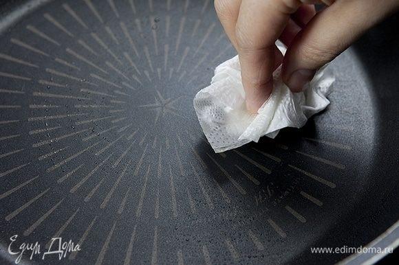 Разогрейте сковороду и с помощью салфетки смажьте растительным маслом (1 ст. л.).