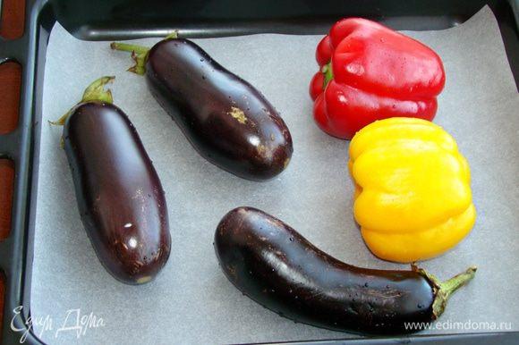 Баклажаны и перец вымыть и наколов вилкой в нескольких местах, запечь в разогретой до 180°C духовке примерно полчаса, до мягкости. Готовые овощи завернуть в пакет или фольгу и оставить на 10 минут.