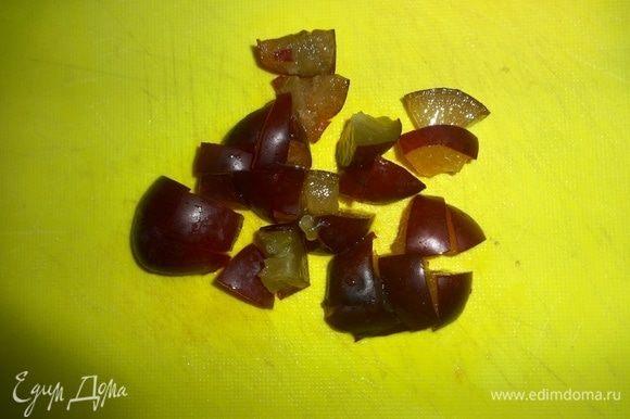 Сливы и помидор вымыть, обсушить. Сливы нарезать мелкими кубиками. Помидор разрезать вдоль пополам, каждую половинку поперек пополам, затем тонкими ломтиками. Выложить сливы и помидор на салат.