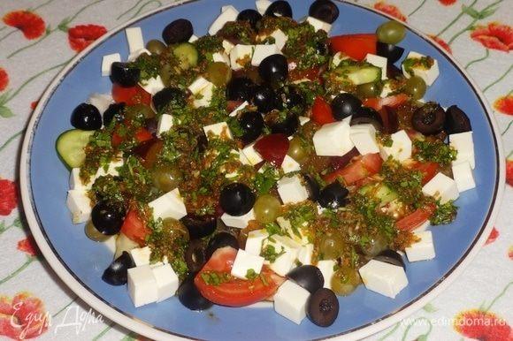 Полезный ароматный салат готов. Подаем на стол красиво. Непосредственно перед едой перемешиваем и раскладываем по порциям. Угощайтесь! Приятного аппетита!