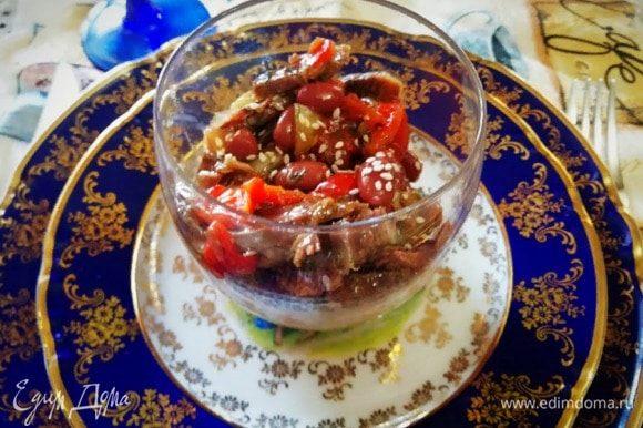 Салат красиво смотрится в небольших стеклянных стаканчиках. Сверху посыпаем каждую порцию небольшим количеством кунжута.
